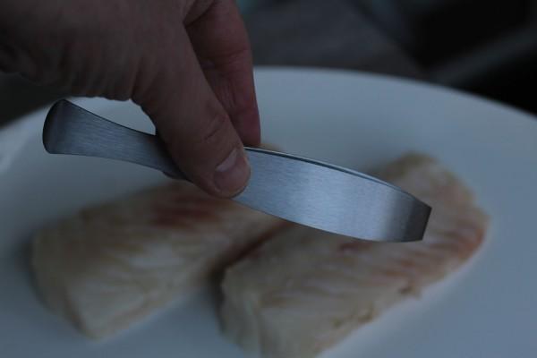 rostfreie Fischpinzette aus Solingen greift leicht Gräten aus Fischfilet